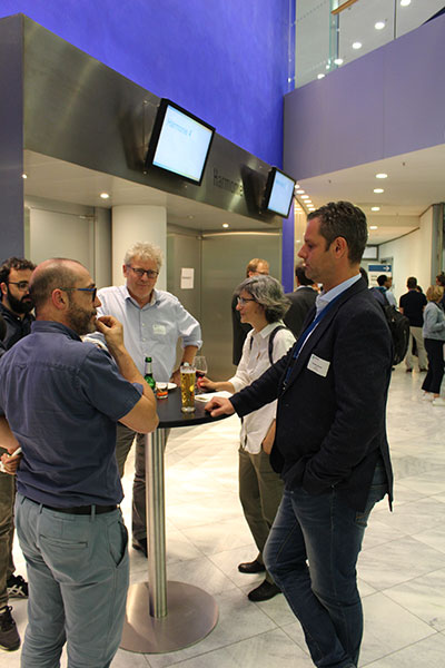 Christian Breuer representing the ERA CoBioTech coordinator - Project management Julich- (right) in a conversation with project coordinators (Source: FNR)